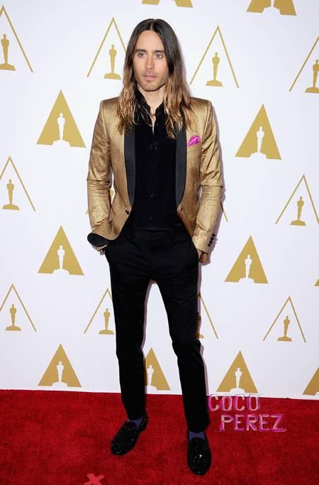 jared-leto-gold-and-black-suit-oscars-nominees-luncheon-beverly-hills__oPt